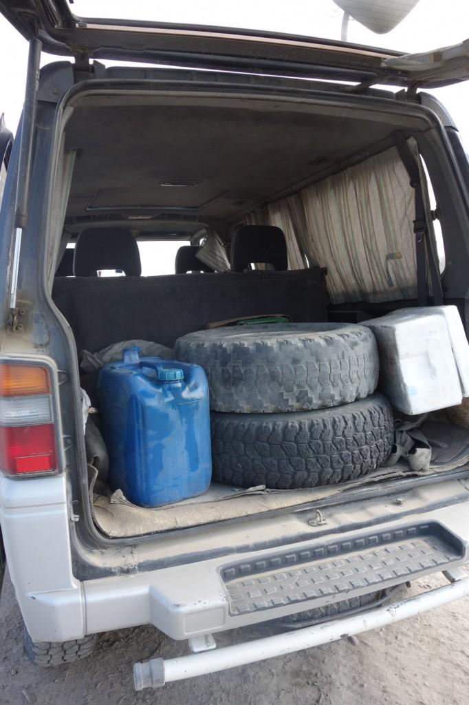 Kiekvienos mašinos būtini daiktai: atsarginis kuras ir ratai.